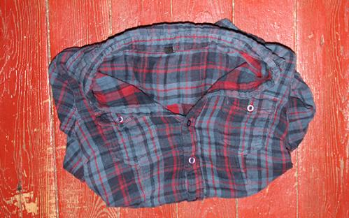 J'ai toujours aimé mettre une chemise en guise de gilet sur mes t-shirt d'été. La chemise parfaite se cachait dans un sac de fringues et remplacera à merveille les chemises